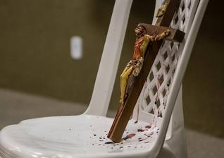 Imagem de Jesus Cristo crucificado, já respingada pelo sangue do ator Ari Areia. (Foto: Junior Ratts)