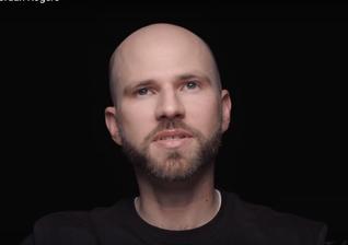Jordan Rogers se recuperou do vício em heroína há 13 anos e afirma que conseguiu isso, graças ao amor de Cristo. (Imagem: Youtube)