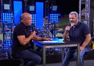 O ator de 60 anos, que dirigiu e produziu o primeiro filme, foi perguntado por Laurie sobre os rumores que circulam em torno do novo longa. (Foto: Reprodução).