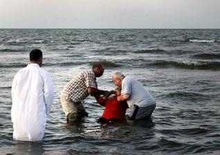 Pastores realizam batismo em mar do Egito. (Foto: HeartCry Missionary Society)