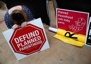 Ativistas pró-vida protestam contra a 'Planned Parenthood'. (Foto: International Business Times)