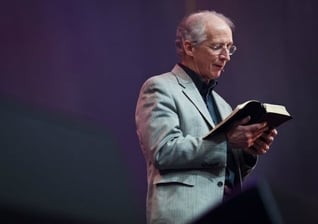 John Piper em ministração na conferência Passion 2012 em Atlanta, nos EUA. (Foto: Andrew Shepherd)