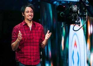 Pastor Dave Admsom durante ministração pela TV. (Foto: Divulgação/Echo Group)