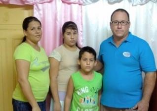 Pastor Ramon Rigal e sua esposa, Ayda Expósito com os filhos. (Foto: Michael Ireland / ASSIST News)