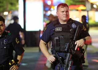 Resultado de imagem para Vídeo mostra policial orando em ataque terrorista na boate de Orlando; assista