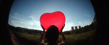 O amor chuta a propaganda pra fora do campo...