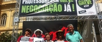 Professores em greve fazem vigília em frente à Secretaria da Educação de SP