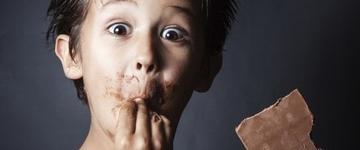 Crianças de 2 anos devem evitar açúcar e doces, alerta nutricionista