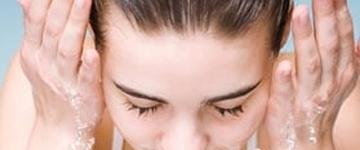 Confira as dicas para amenizar o rosto inchado ao acordar