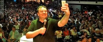 Igreja cria 'Culto Selfie' para atrair jovens; melhor foto concorre a um Iphone