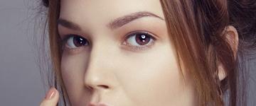 Especialista lista guia completo de cuidados com a pele aos 20 e poucos anos