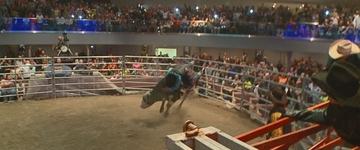'Pastor Cowboy' montou arena dentro da igreja para atrair fiéis
