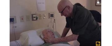 Casal de idosos protagoniza cena de amor com o marido cantando pra esposa no hospital