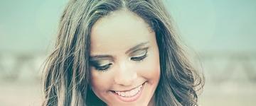 """Thayna Lane lança seu primeiro álbum,""""De Deus Não Abro Mão"""""""