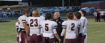 Escola é multada em 22.500 dólares, após treinador liderar alunos em momento de oração