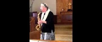 Senhora idosa toca 'Quão Grande é o Meu Deus' no saxofone e viraliza nas mídias sociais; assista