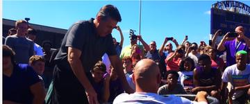 Escola dos EUA é investigada após realização de batismo em massa, em seu campo de futebol