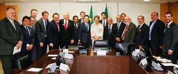 """Dilma promete a pastores isentar igrejas da CPMF e deputado critica: """"Um tiro no pé"""""""