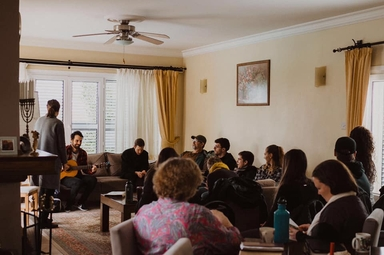 Cristãos reunidos em semanas de imersão de estudo bíblico no Oriente Médio. (Foto: Frontiers Alliance International)