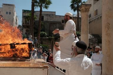 Rabino Baruch Kahane, nomeado como Sumo Sacerdote pelo Sinédrio, oferece sacrifícios em Jerusalém. (Foto: Abba Richman)