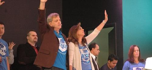 Apóstolo Estevam Hernandes e sua esposa, bispa Sônia durante adoração.