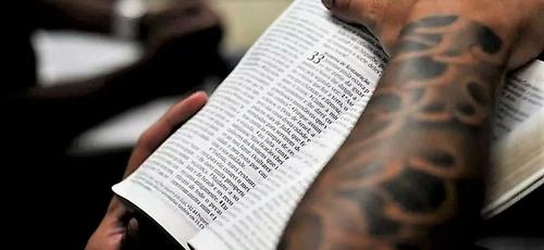 Presidiário lê a Bíblia. (Foto: Reuters)
