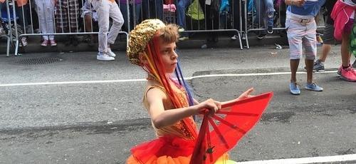 Desmond Napoles desfila em edição anterior da parada gay de Nova York. (Foto: Pinterest)