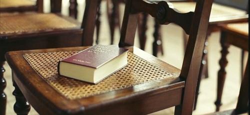 Bíblia sobre a cadeira. (Foto: monicamckayhan.com)