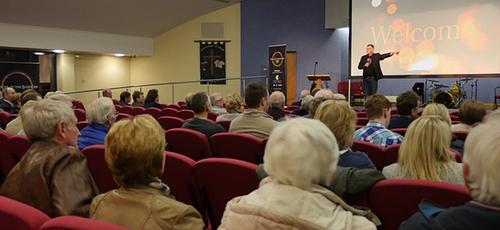 O filme foi exibido na Igreja Batista de Ballynahinch, na Irlanda do Norte. (Foto: Reprodução)