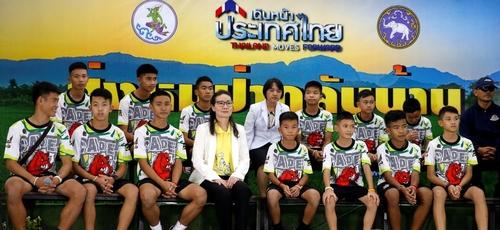 Jovens tailandeses que ficaram presos em caverna dão primeira coletiva de imprensa. (Foto: Soe Zeya Tun/Reuters)
