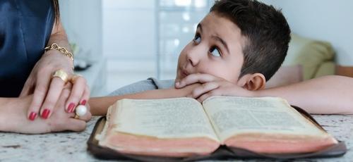 É cada dia mais urgente ensinarmos os nossos filhos os valores corretos da vida cristã. (Foto: