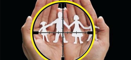 Os valores morais são escarnecidos. A família é desfigurada. A sodomização da cultura é aplaudida. (Imagem: Esboços prontos)