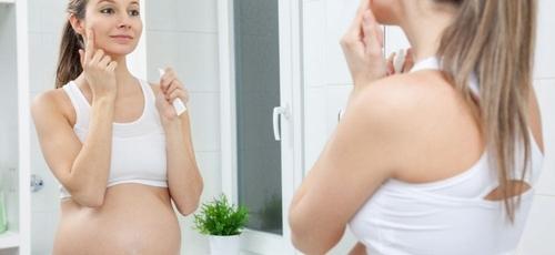 É importante dedicar atenção à pele e manter hábitos saudáveis na gravidez. (Foto: Reprodução)