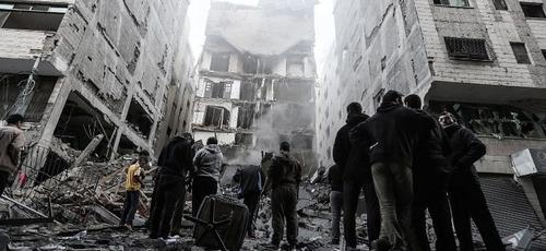 Escombros de um prédio na cidade de Gaza, após um ataque aéreo israelense. (Foto: Mahmud Hams/AFP)