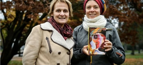 As professoras Elisabeth Parmentier (à esquerda) e Lauriane Savoy tiveram a ideia de lançar uma nova tradução dos textos bíblicos para promover o feminismo. (Foto: AFP)