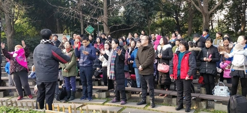 Membros da Igreja Early Rain Covenant durante culto em praça pública na China. (Foto: Pray for Early Rain Covenant Church)