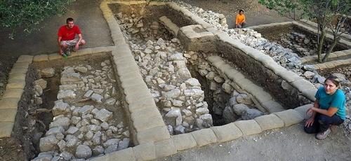 No terraço superior de Quiriate-Jearim, uma parede maciça foi desenterrada abaixo do solo superficial. (Foto: Escavações da Família Shmunis em Quiriate-Jearim)