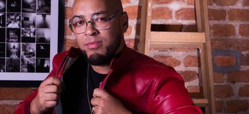 Ton Carfi é o cantor que está liderando a lista de sucessos da Deezer na música gospel brasileira. (Foto: Divulgação)