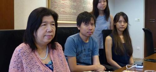 Susanna Koh (esquerda) e seus filhos continuam com esperanças de que o pai esteja vivo. (Foto: ST FILE)
