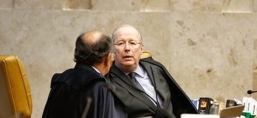 Celso de Mello conversa com Gilmar Mendes no Supremo Tribunal Federal. (Foto: STF)
