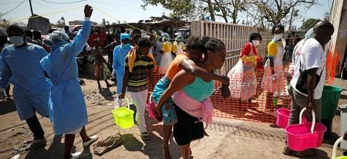 Mulher é levada para fora de um centro de saúde em Beira, em Moçambique. (Foto: Mike Hutchings/Reuters)