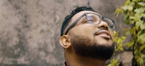 """Eli Soares lançou o clipe """"Deus não é o Culpado"""". (Imagem: Youtube / Reprodução)"""