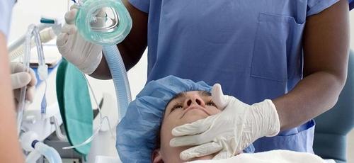 Médico prepara paciente para cirurgia. (Foto: Getty)