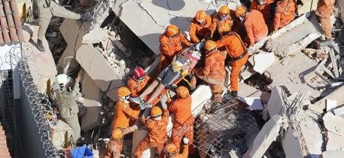 Bombeiros ainda continuam buscas por sobreviventes do desabamento do edifício Andréa, em Fortaleza. (Foto: Gustavo Pellizzon/G1)
