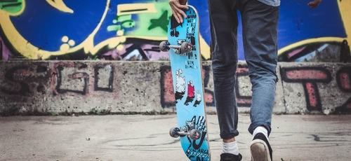 Jovem praticante de skate, um dos esportes que pode aumentar a atividade física entre adolescentes. (Foto: Unsplash)