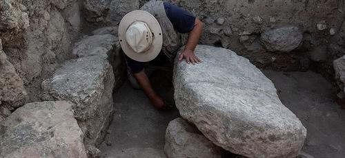 A mesa de pedra foi encontrada sobre duas rochas menores. (Foto: Dr. Zvi Lederman)