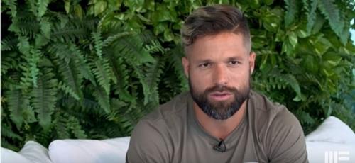"""Diego concedeu entrevista em sua casa ao programa """"Nova Talk"""", apresentado pelo pastor Maurício Fragale. (Imagem: Youtube / Reprodução)"""