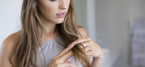 A quebra dos fios pode acontecer desde a hora de pentear a procedimentos químicos. (Foto: Getty Images)