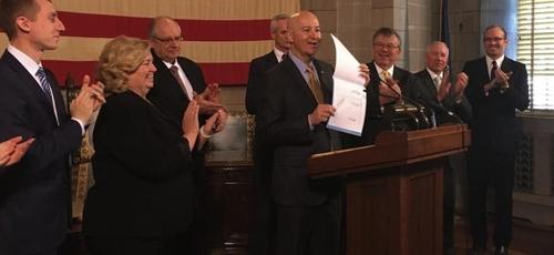 Peter Ricketts (segurando papéis) propôs que o dia 22 de janeiro seja um dia de oração pelo fim do aborto em todo o território dos EUA. (Foto: Governo de Nebraska)