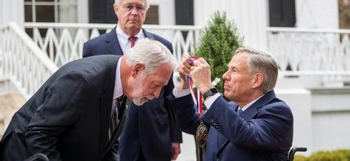 Governador do Texas, Greg Abbott, entrega medalha de honra a Jack Wilson. (Foto: Ricardo B. Brazziell/Austin American-Statesman via AP)